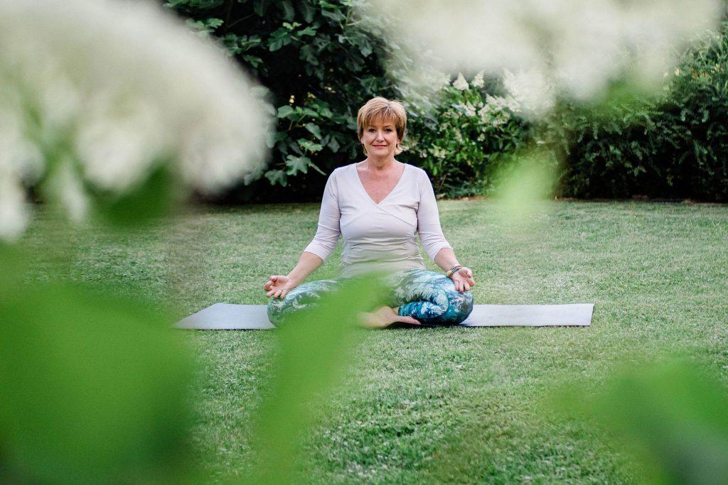 Mag. Betina Halmschlager, Yoga im Garten